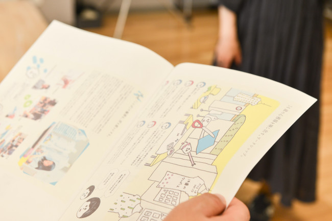 Fashion Lab. (2階)。ティーンズスタジオ内の「ファッションブランドデザインが生み出されていく研究工房」として、ファッションブランド「spoken words project」が全面協力。東京・世田谷の生活工房で毎年行われている企画「14歳のワンピース」を知った森田さんが提案した。ひとが地域や社会で活動するためのアイデンティティを見つける場所として機能するよう、身につけるアイテムについての企画を検討している(*生活工房については64号特集参照)