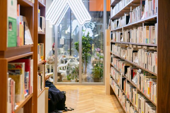 本を書きたいひともバックアップ。地元出身の作家の書斎を再現したり、執筆のための小部屋「カンヅメブース」なども。「読まれ方」もよく考えられていて、店内の至るところに椅子があり、ハンモックに揺られながら読書もできる
