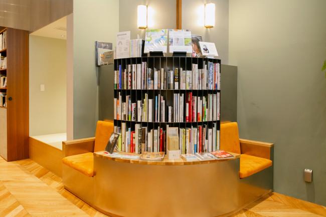 テーマを決めて、8冊から10冊の本を選書する企画「わたしの本棚」は、有名無名の別なく、さまざまなひとがさまざまな視点から本をセレクト。店頭やホームページで応募できる / 身近で親しみやすいカテゴリーで本が並ぶ。眺めて手に取り、そのまま座って読むことができる / アートディレクションを行なったグルーヴィジョンズによる本の紹介も
