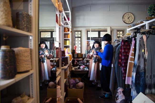 友人と対話する小島日和さん。繊維を主軸にファッションやデザインなど創造的なテナントやアトリエ、展示やイベントなどを集めたレトロビル「Re-TAiL」(愛知県一宮市)にて