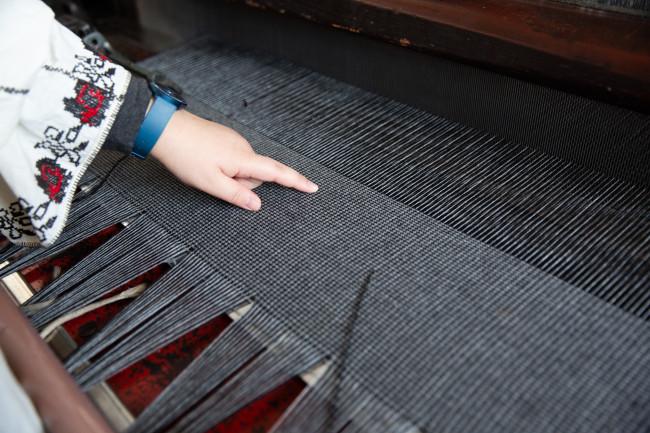 小島が拠点を構える愛知県一宮市の工場にて。最多6色・6素材を織ることができるションヘル織機を使用している