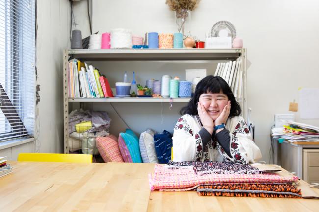 「terihaeru」代表「NINOW」運営代表である小島日和さん。愛知県一宮市に拠点を置き、自身もテキスタイルデザイナーとして活動中