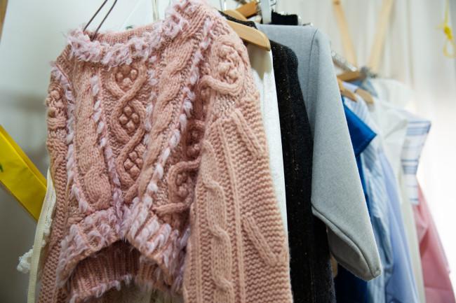 アトリエ内の展示スペース / さまざまな素材をつなぎ合わせたものなど、1点ものの服が並ぶ