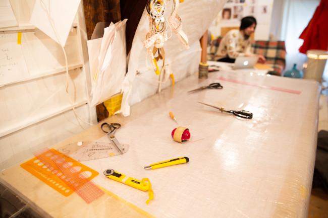 ブランド「iai」の居相大輝さんは京都府福知山市大江町にアトリエを構え、自給自足で暮らしながら服づくりをしている/東京都墨田区に拠点を置く「osakentaro」の長賢太郎さんは、そのときの感覚を大切に即興的に服をつくり出す