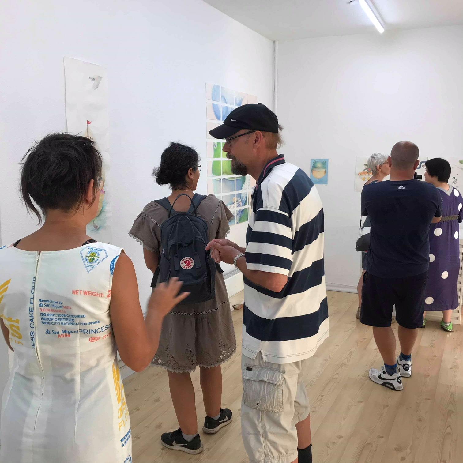 展覧会が行われたギャラリー。看板には「JAPANSK(日本)」の文字が。多くの人々が自由に出入りしていた