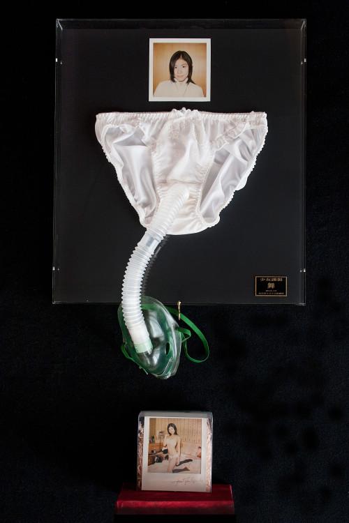 〈LADY MADE 〜少女謹製〜〉シリーズより《少女謹製・舞》。マルセル・デュシャンの〈レディ・メイド〉から着想を得て制作した、〈レディ・メイド少女謹製〉シリーズ。写真ではなく、女性が履いた下着のにおいを嗅ぐ装置である