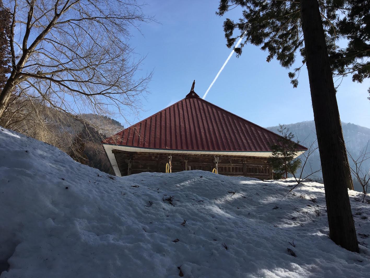 完全に雪に埋もれている講堂。かつては元隆寺の中之院に属していた建物