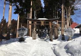 この奥に続く雪に埋もれた参道を進むと小菅神社奥社があります