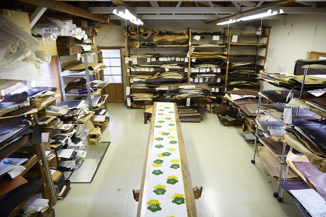 山元染工場内の様子。長い布地のデザインを描き、柄を染めるための台が並んでいる