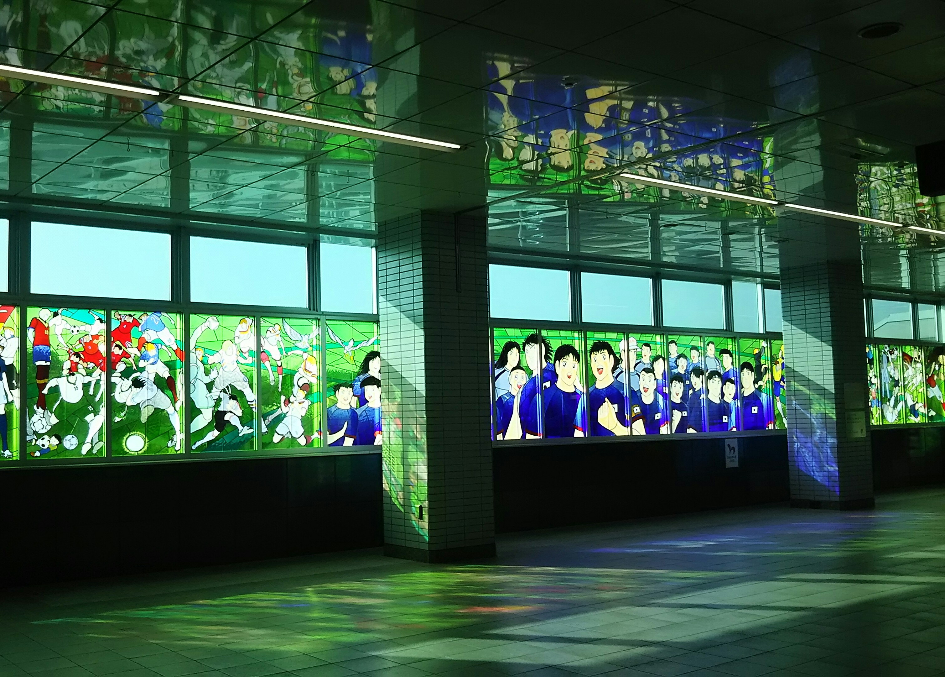 埼玉スタジアムの最寄り駅を飾る「キャプテン翼」のステンドグラス