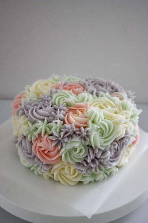 上から、著作『メレンゲのお菓子 パブロバ』(立東舎)で紹介しているパブロバをはじめとした太田さんのケーキたち。実験的かつ、既存の商品とは違うセンスが光る