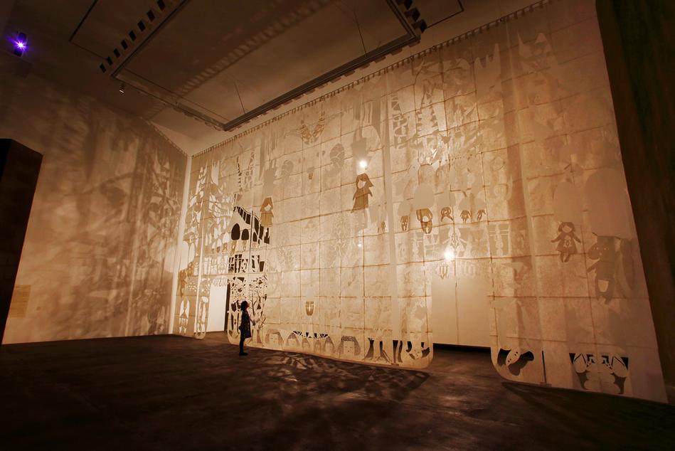 《おやまさま》2015 和紙,照明 @青森県立美術館 写真:柿崎 真子