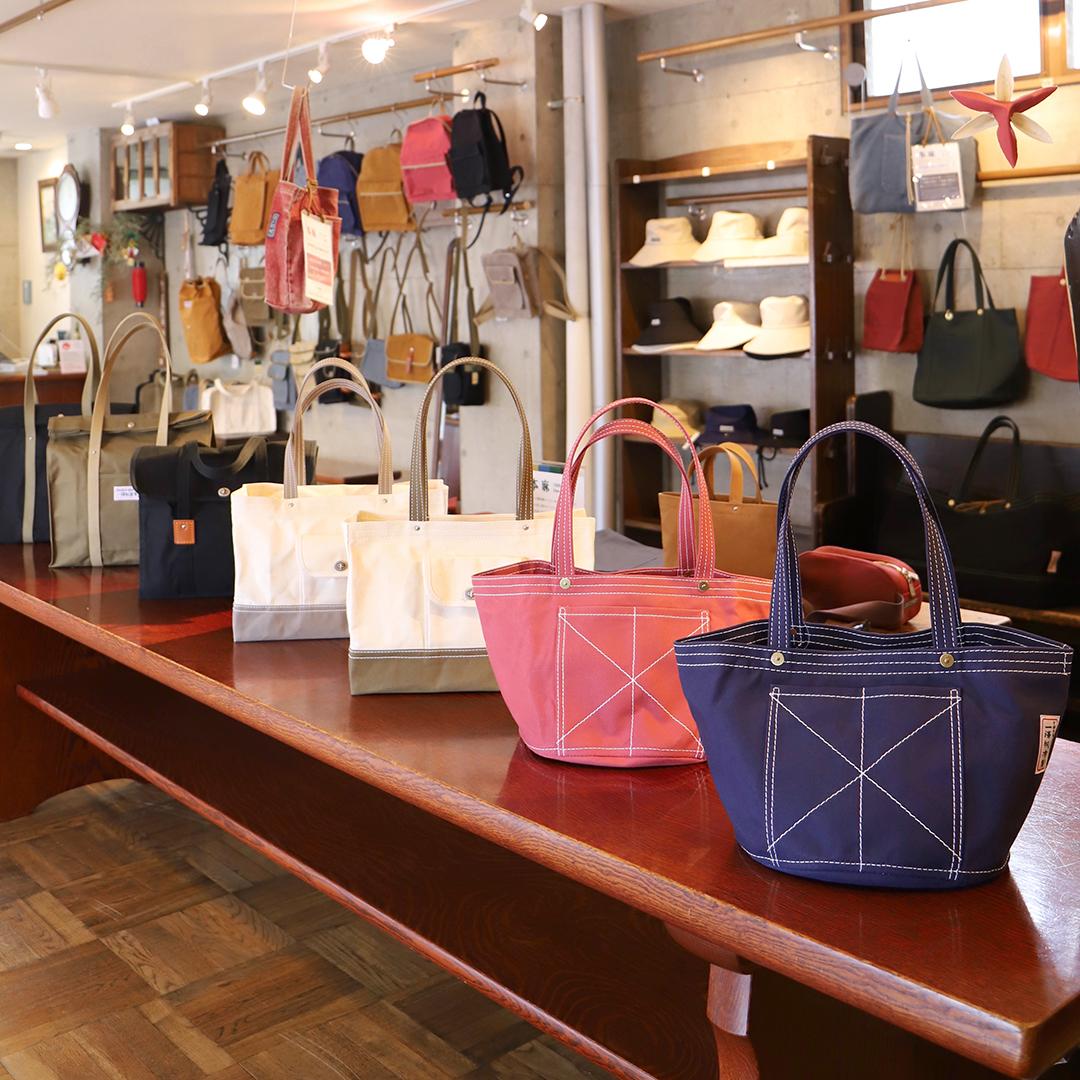 店内には職人が手作業でつくった、さまざまなかたちの帆布のかばんが陳列されている