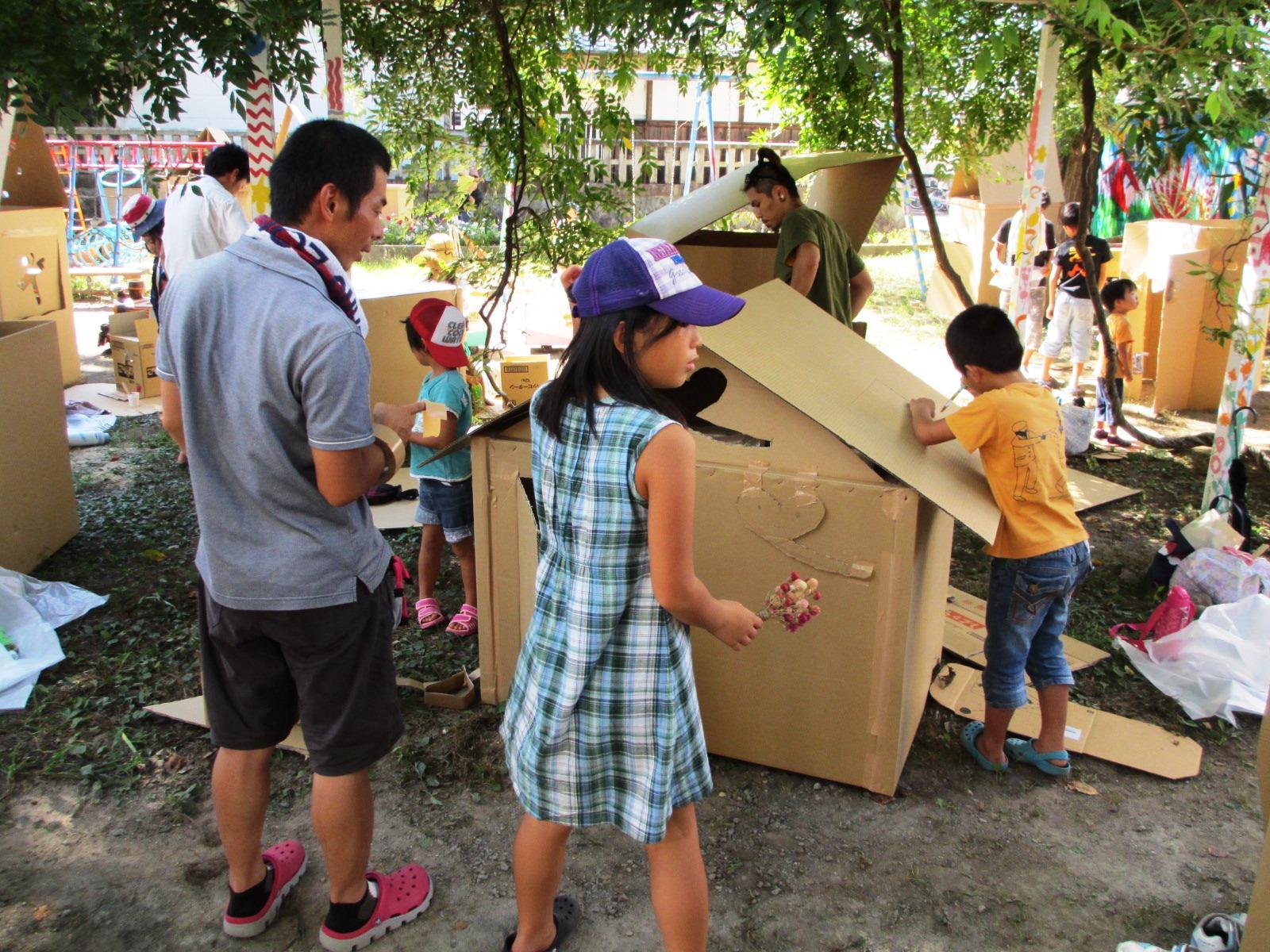「公園にダンボールでまちをつくろう」滋賀県子ども未来基金助成事業。(上)大きなダンボールやいろんな素材のパーツを使って、自分たちだけのまちを作成。(中)一生懸命つくって楽しめば、絵具もボンドも仲良しのお友だち。(下)楽しいことは子どもも大人も夢中になる。大人だって楽しみたい