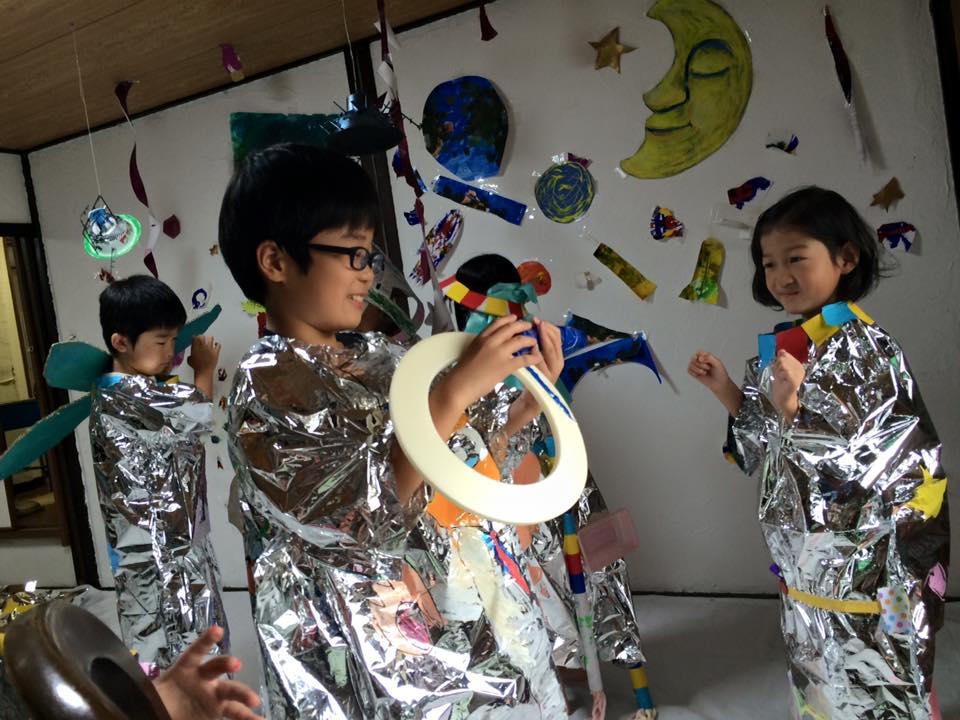 「宇宙探検」八日市アトリエワークショップ。アルミシートで宇宙服を作成。探検に必要なたくさんのアイテムも