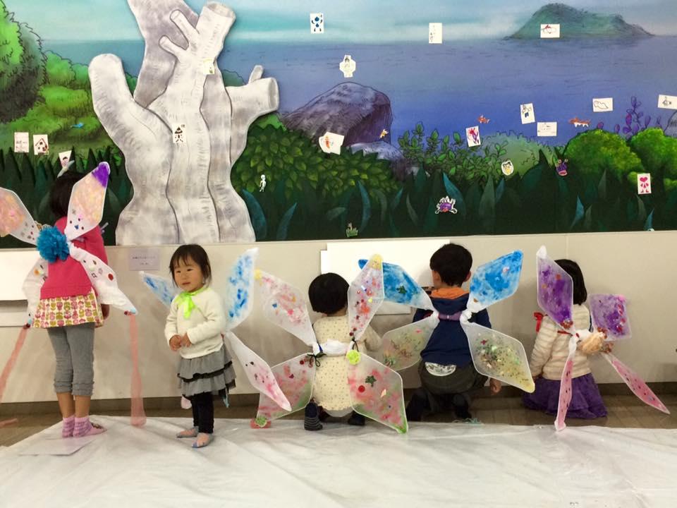 「妖精綺譚-探検の殿堂-」滋賀県地域活動支援補助金事業。博物館一棟を使用し、妖精の世界に入り込んだような体験ができる展覧会を開催。妖精の世界へ行けるという、妖精の羽根をつくるワークショップで、子どもたちは羽をつけて楽しんだ