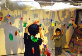「不思議な雨」八日市アトリエワークショップ。さまざまな色のスライムをつくって、袋に詰めてつるせば、ピカピカ光る不思議な雨のできあがり