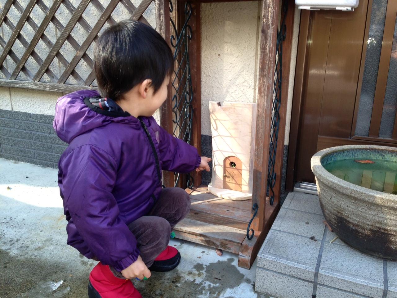 「妖精の扉プロジェクト」。街のあちこちに小さな妖精の扉を作成。子どもたちはその扉の向こうに住んでいる、目には見えない小さなお友だちを想像して楽しむ