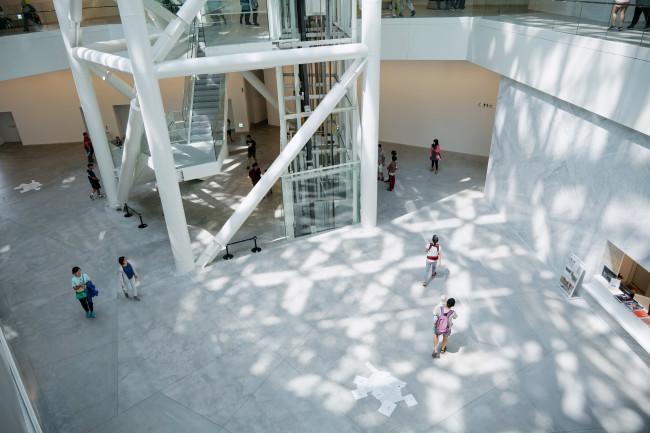 日本の現代建築家・坂茂が設計し、2019年にオープンした台南市美術館二(号)館。孔廟や林百貨などの台南の人気の観光エリアに位置するこの場所には、かつて日本時代には「台南神社」があった