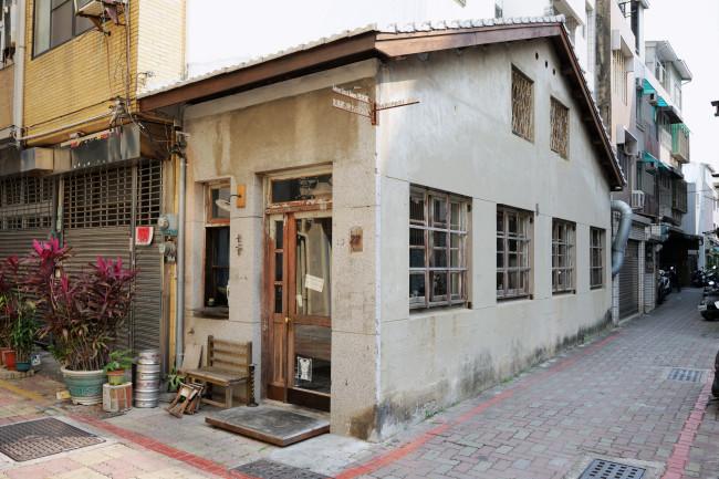 日本時代の建物をリノベーションした丼もの店の、小粋でセンス良い内装。経営しているのは台北から移住してきた夫妻で、京都や日本文化が大好きという。古道具などをうまく組み合わせリノベーションしたカフェや民宿が次々と開店しているここ忠義路二段158巷は、最近人気のストリート