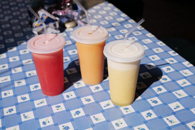 まちのジューススタンド。多彩な南国フルーツが、さながらインスタレーションのように冷蔵庫のなかに魅力的にレイアウトされている