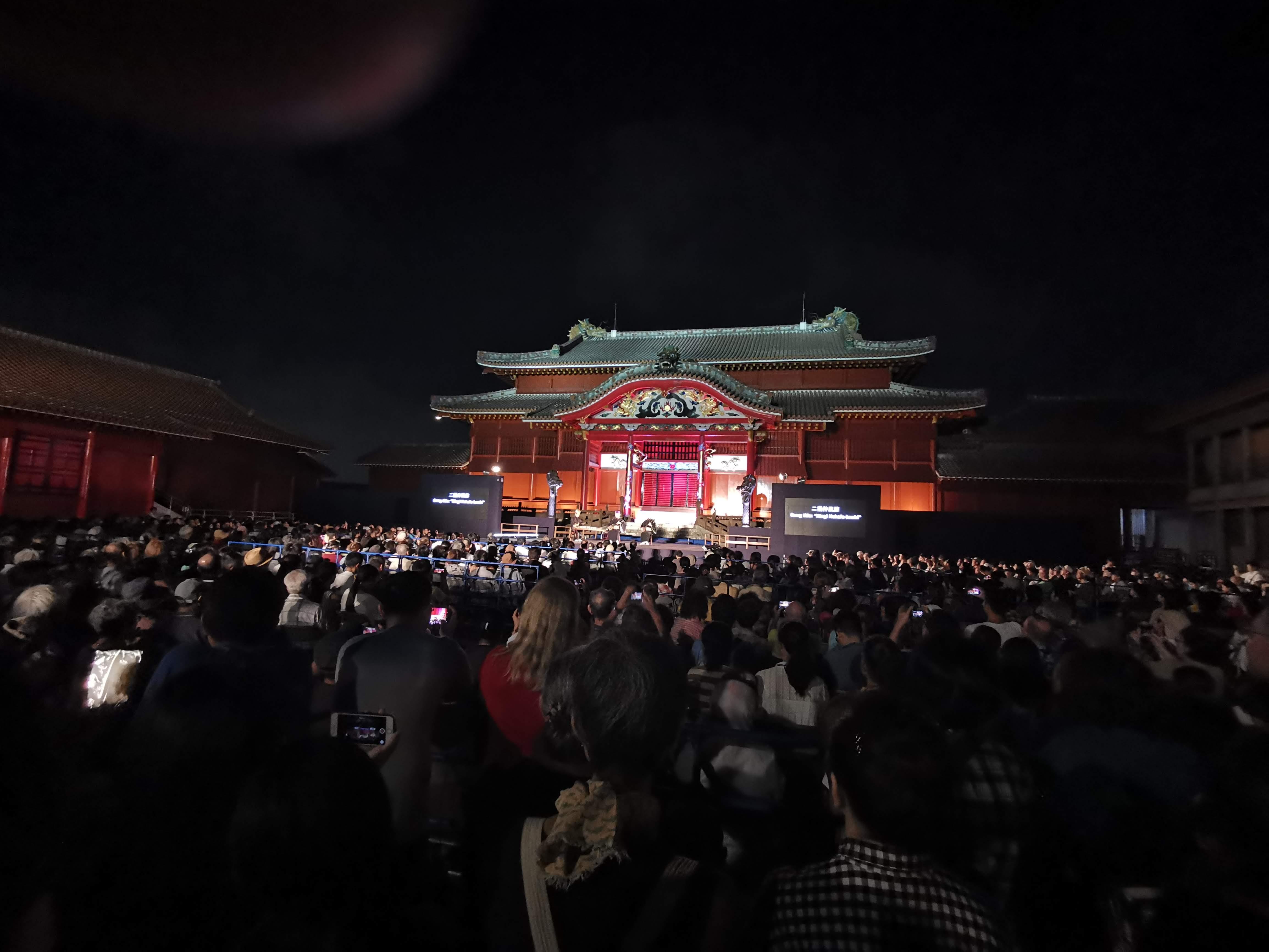 舞台に見入る観客
