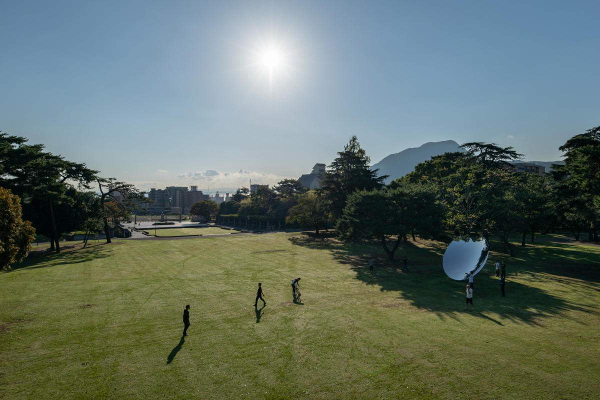キャプション:「アニッシュ・カプーア in BEPPU」(2018年)で別府公園にて公開された《Sky Mirror》©Anish Kapoor  Photo: Nobutada Omote  Courtesy of Mixed Bathing World Executive Committee