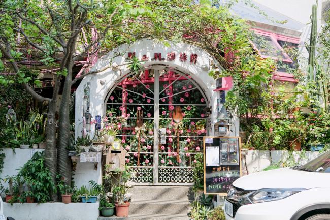 台南で泊まった民宿「謝宅」の一軒家の風呂。木材を使った日本的なリノベーションに、台湾レトロデザインとして象徴的なポップカラーのタイルがあしらわれる / 日本時代に創立したデパート「林百貨」の屋上には、古い郵便ポストや神社のお宮跡のほか、米軍による空襲の痕跡も / 路地に見つけたクラシックレコードも扱う喫茶店。緑と手芸的な装飾の一体が台南的