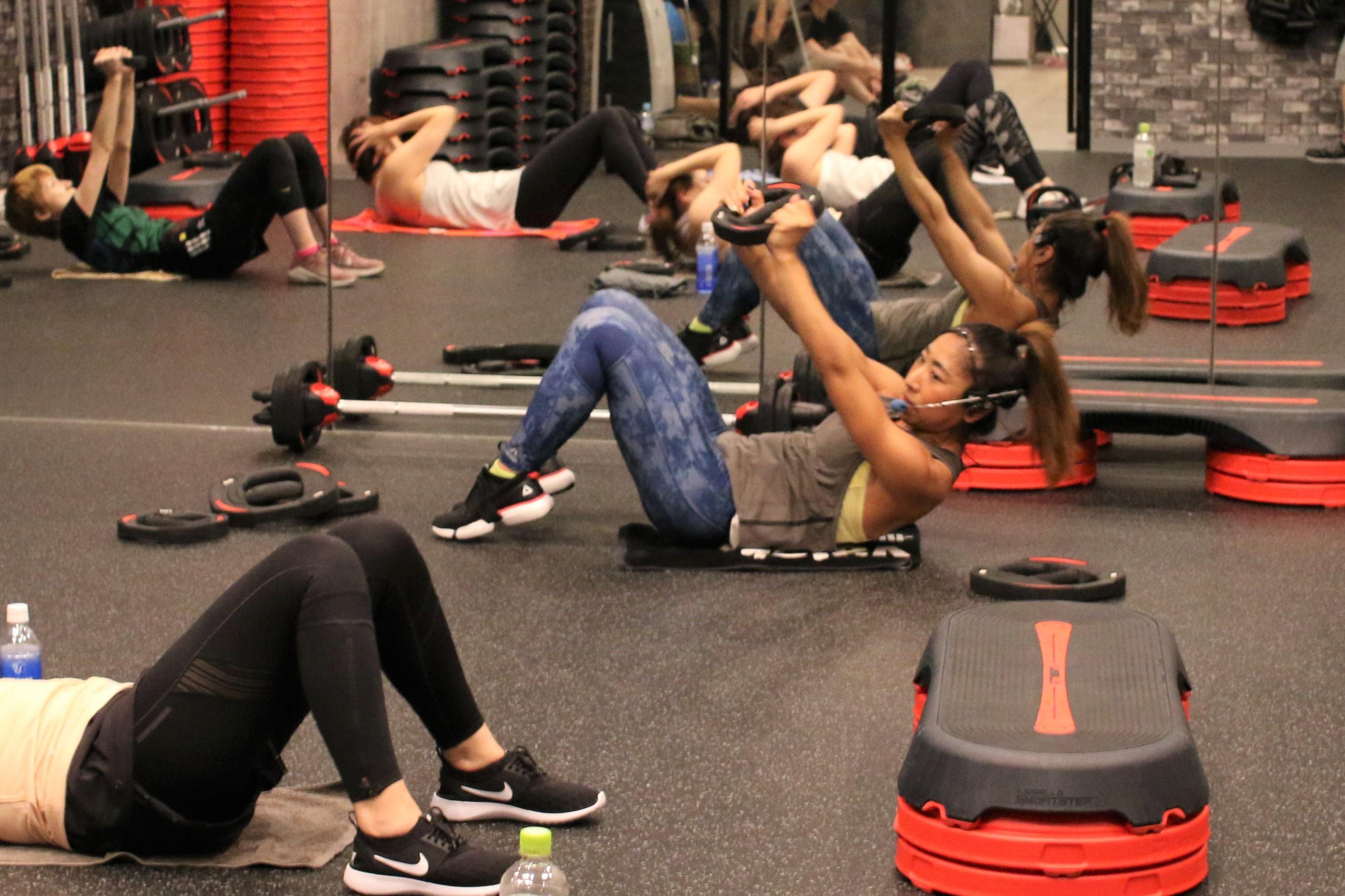 フィットネススタジオvalorで、グループレッスンをする越本さん(行っているプログラムは、全身の筋肉を鍛えるレスミルズのBODYPUMP)