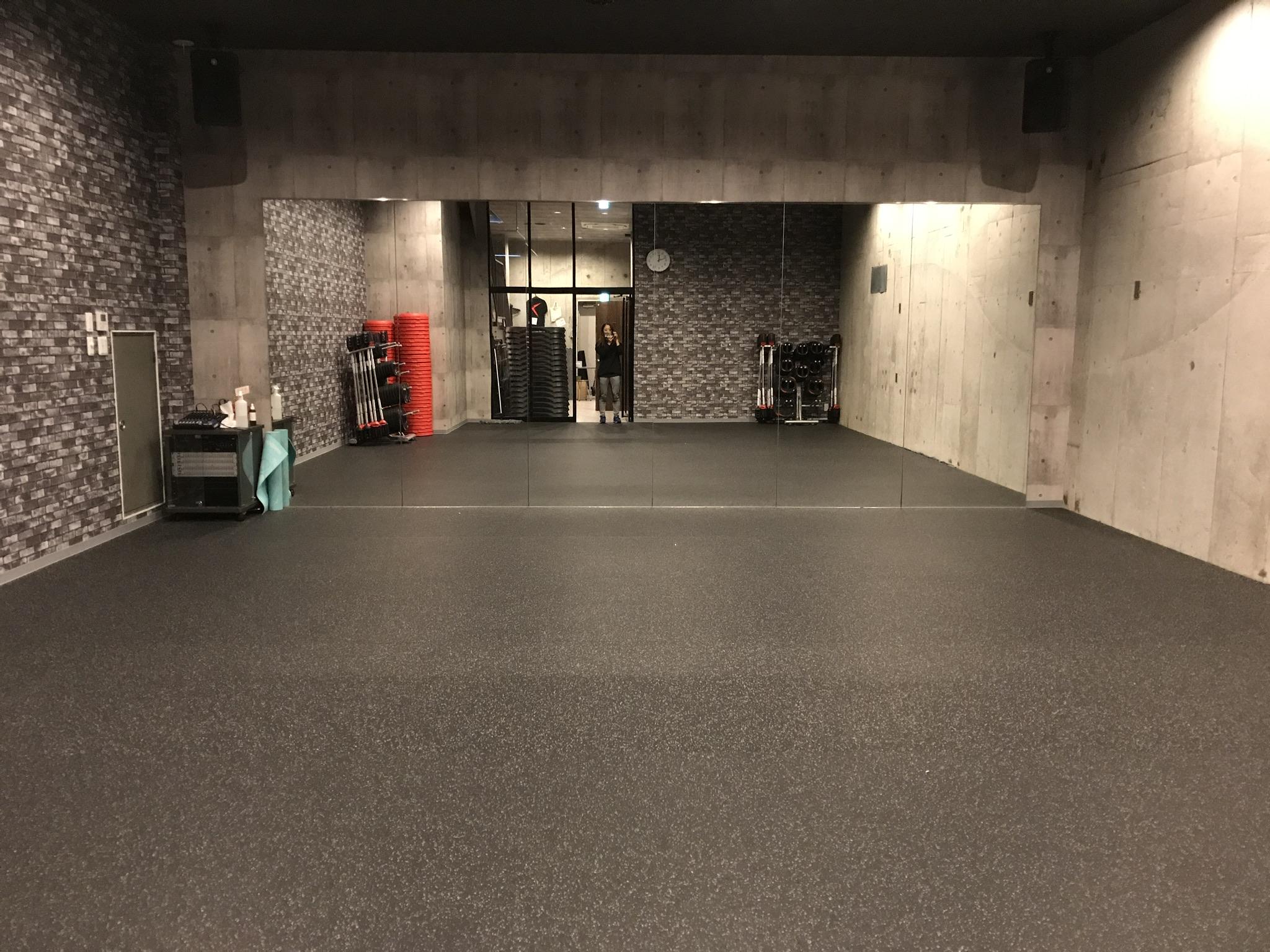 階段を下りた先に、受付と大きな鏡を備えたスタジオがある