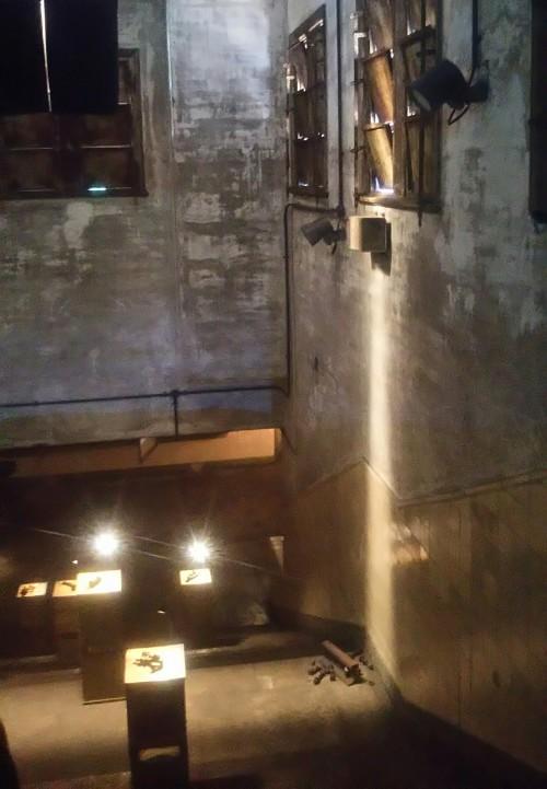 地下に下りる階段。大洲大作「未完の螺旋」展のインスタレーション作品