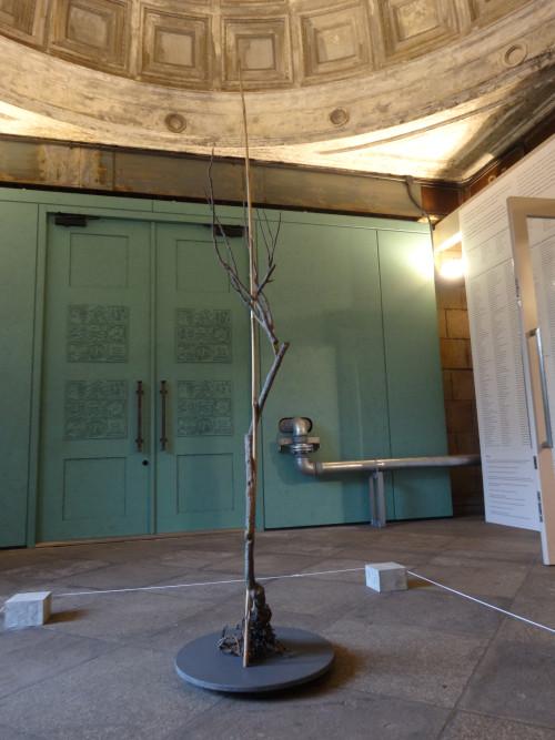 駅舎エントランスホール(「メタル・サイレンス」の展示作品とドーム型天井及び日比野克彦氏デザインの扉)