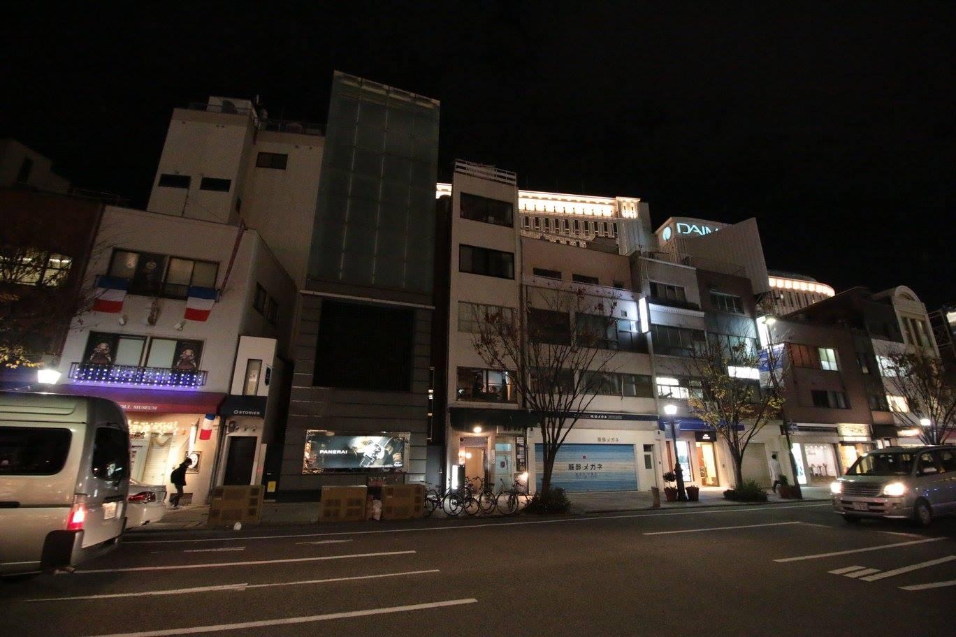 神戸デザインセンターがある三星ビル(左から3つ目)。旧居留地の大丸前に位置し、ひとつのビル内で5つの事業を展開する