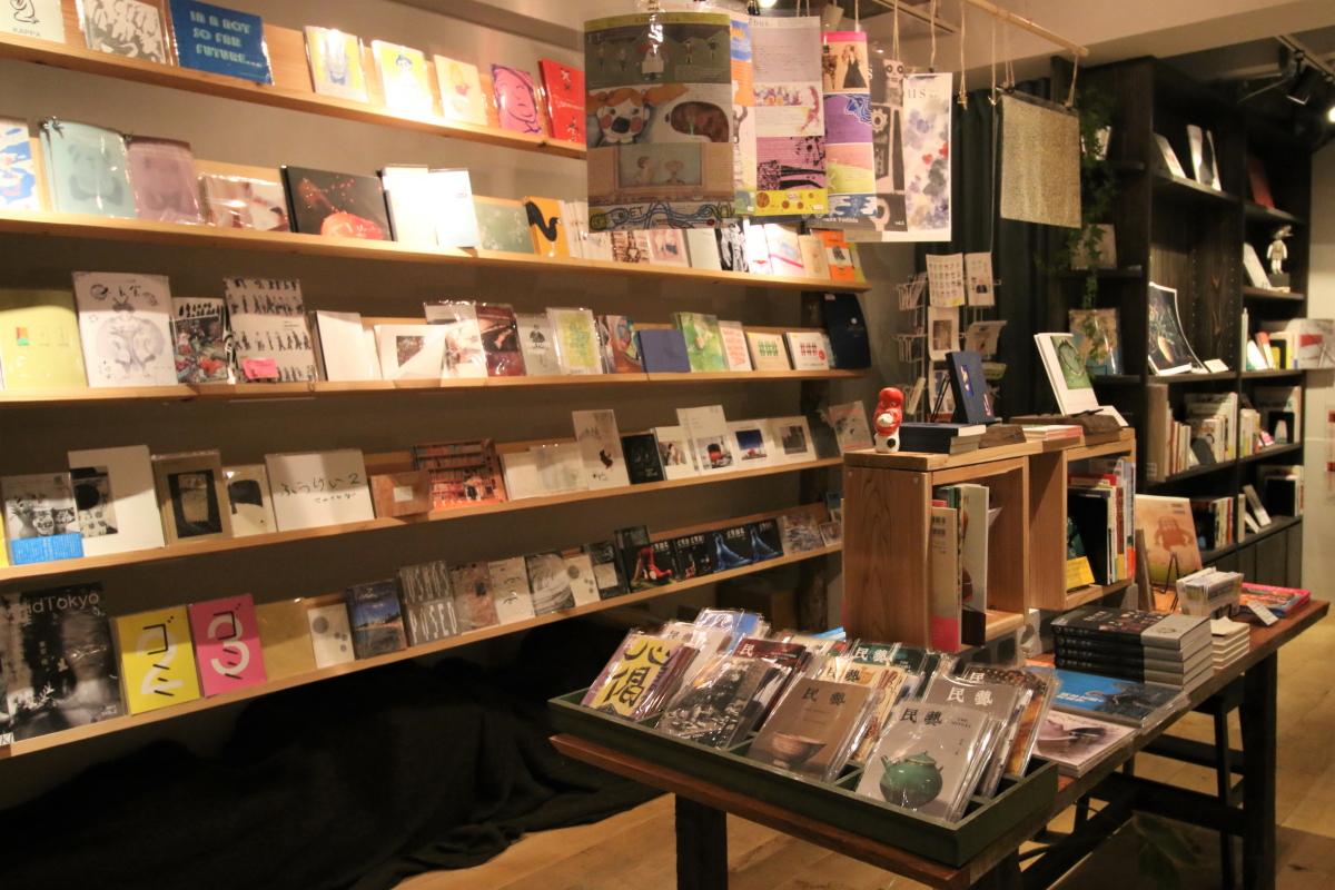 """アートとデザインの専門書店""""storage books""""(2階)。個人が制作した個性豊かな""""ZINE""""も数多く並んでいる"""