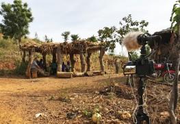 西アフリカ・ブルキナファソで人類学者・清水貴夫の調査風景を撮影している様子 撮影:澤崎賢一