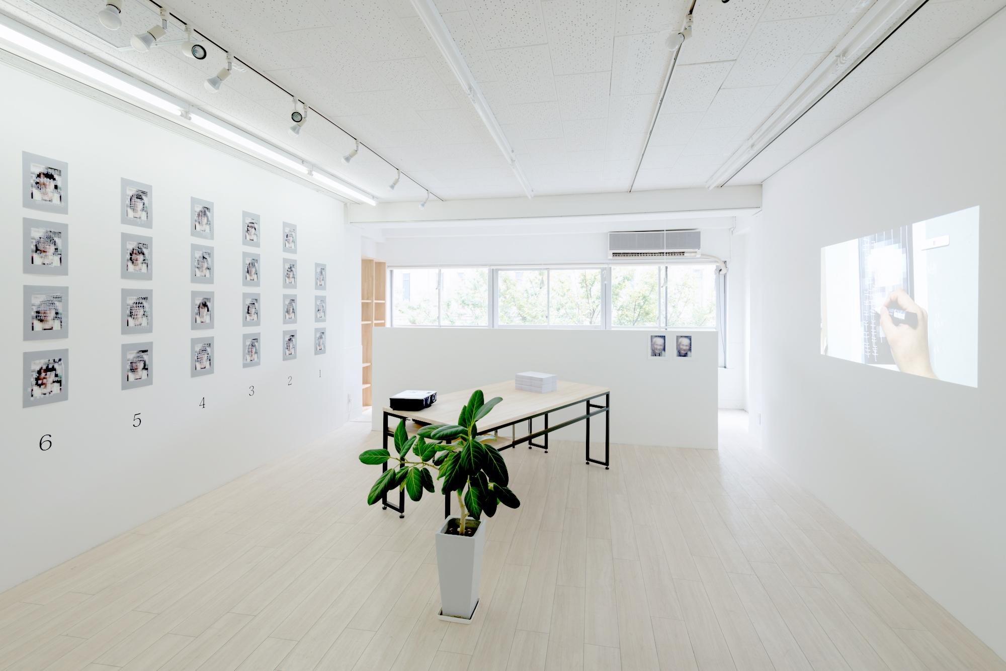 白い壁と一面の窓に囲まれたアート&デザインギャラリー(三星ビル3階)。