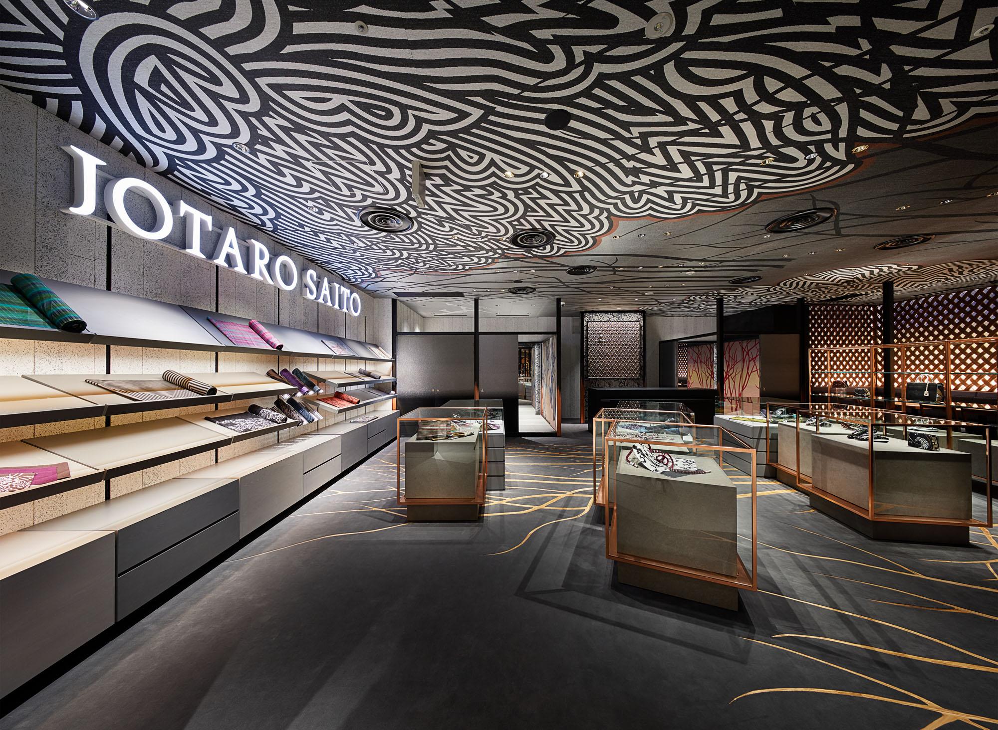 GINZA SIX内、「JOTARO SAITO 銀座店」。ミステリアスな入り口から奥へと進むと、ブランドの世界観が広々とした空間に広がっている