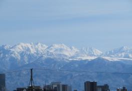 富山平野から望む立山連峰。雪が平らになって見えるところが弥陀ヶ原で、画面左側が「立山」です