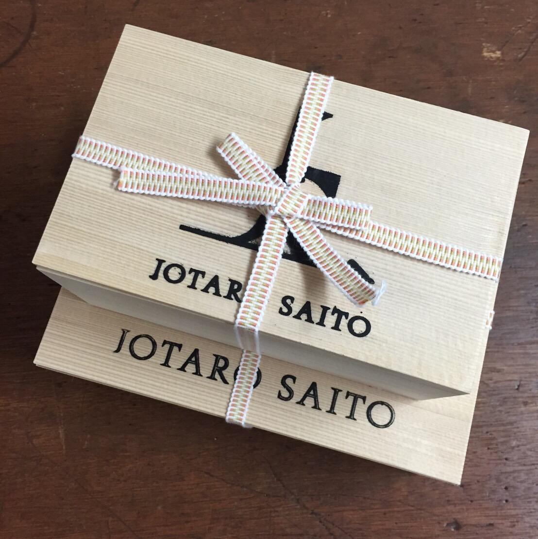 """GINZA SIX内、「JOTARO SAITO 銀座店」。ミステリアスな入り口から奥へと進むと、ブランドの世界観が広々とした空間に広がっている / カフェの名物スイーツのアイスキャンディは、「和菓子でも洋菓子でもなく、""""駄菓子""""をつくろう」という発想から生まれた"""