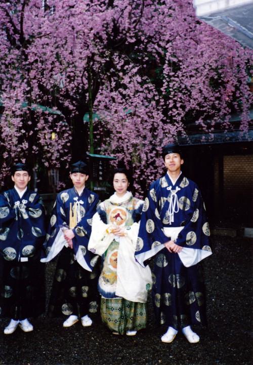1990年春、乃木神社境内にて。舞楽「納曽利 (なそり)」の舞人。これに龍の面を被る。舞台が屋外にあるため、さまざまな自然と触れ合いながら舞える稀少な機会であった ※写真キャプションは鈴木さんによるもの