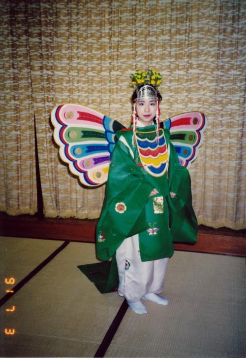 1991年夏、世田谷北沢八幡宮にて。舞楽「胡蝶(こちょう)」の舞人。子どもが舞うことが多い可憐なる蝶の舞であるが、「飛ぶ」ように跳ねるのは結構テクニックが難しく、師匠の薗廣教師から「そんなんじゃあ蝶じゃなくて、蛾だ!」と叱られたことがある