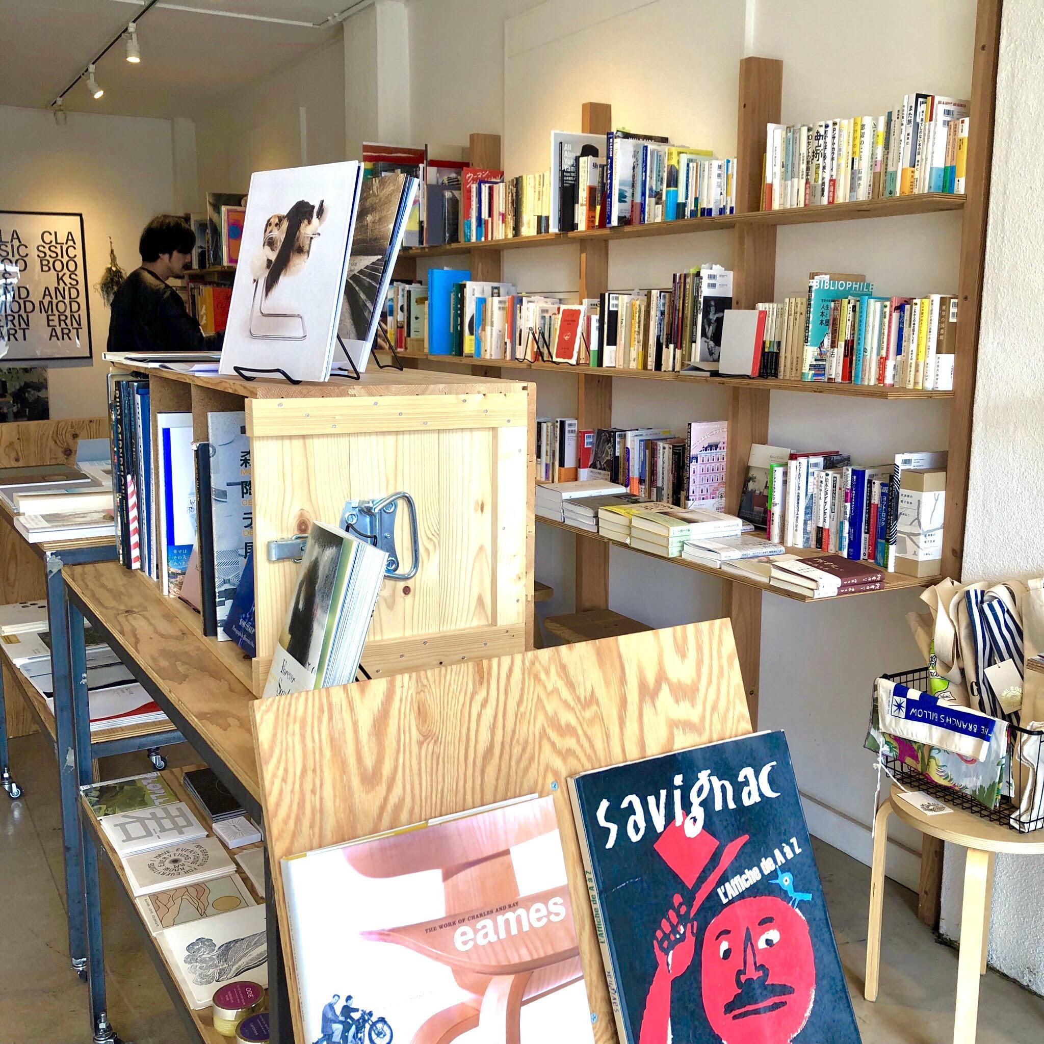 さまざまな書籍や雑貨が並ぶ店内