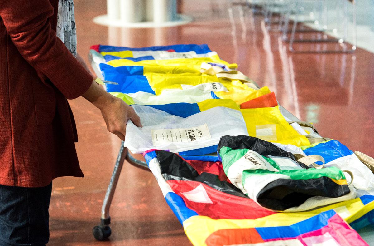 寄贈されたパラグライダー素材をつかって、オリジナルバッグをつくるワークショップを行った。過去には1枚の巨大なバッグをつくり、展示したことも