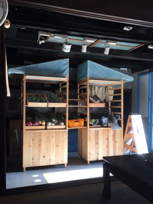 移動式の八百屋「やおやおや」。亀岡や、近隣の南丹市を拠点とする農家と直接取引し、新鮮でおいしい野菜を販売している