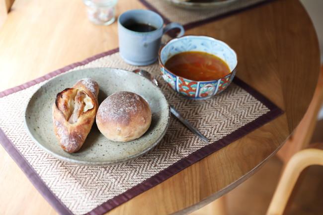 夜10時になると、來住さんは温度のチェックなども兼ねて、朝食の準備にやってくる。朝食はシンプルに、來住さんお手製のスープとパン、コーヒーが定番。ダイニングのテーブルは地元の木工作家・村上圭一さんがつくった。テーブルの脚は真鶴の海岸に流れ着いた流木。なんともロマンチック