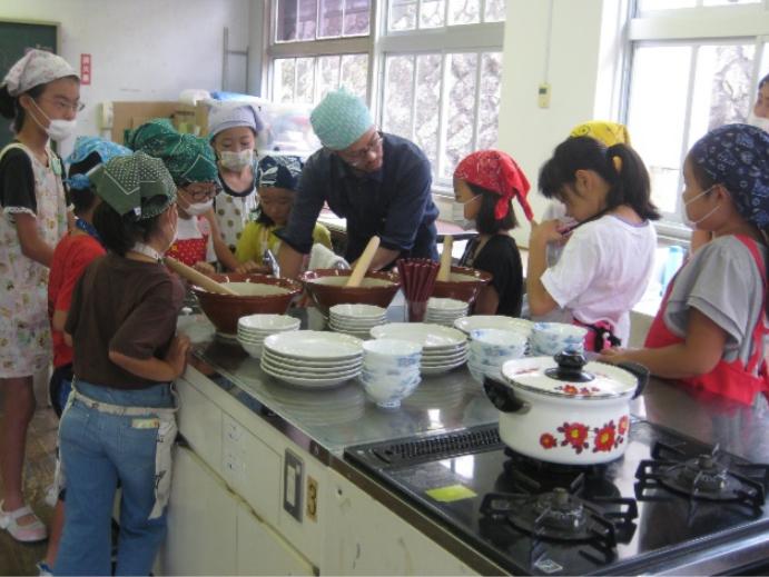 定期的にワークショップや、地域の小学生を対象にした料理教室を行っている