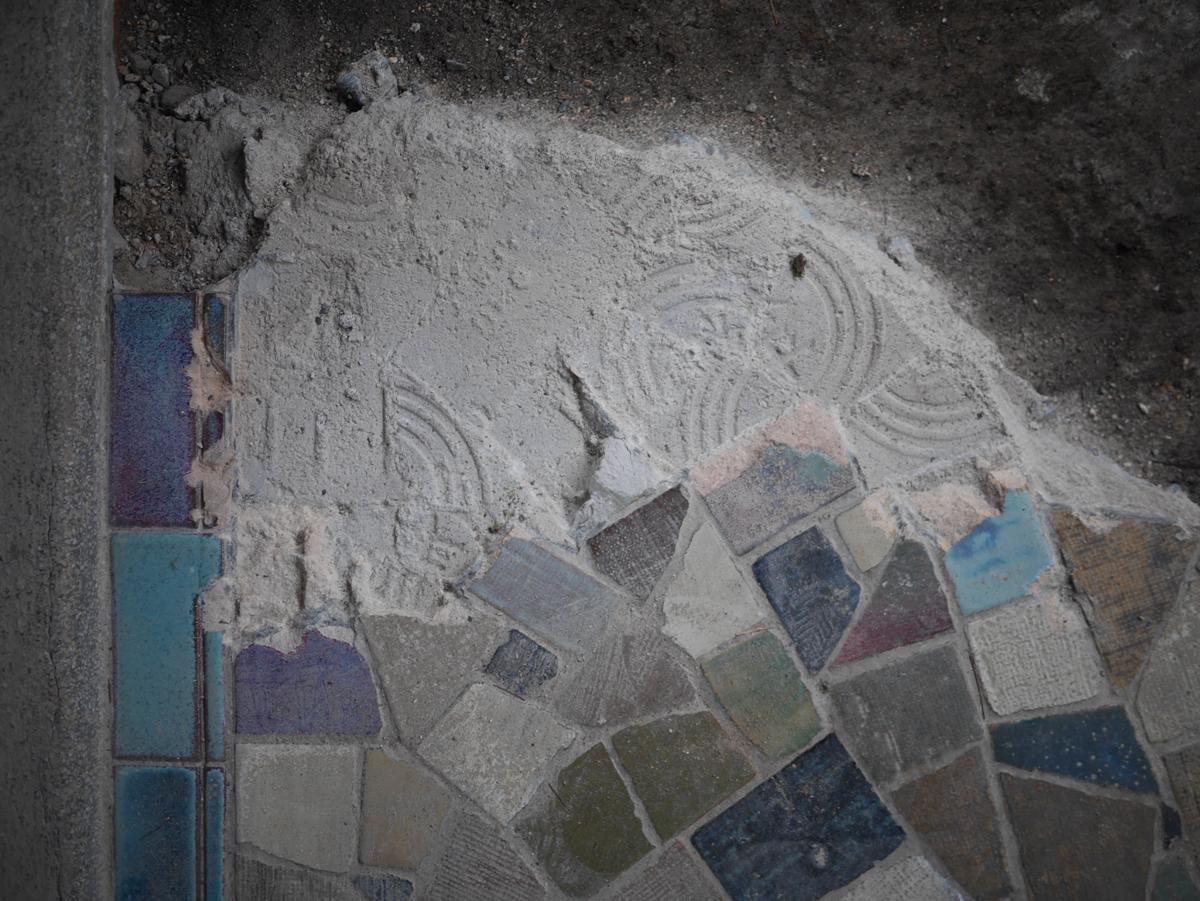 モルタルに転写されたタイル裏地の泰山の銘