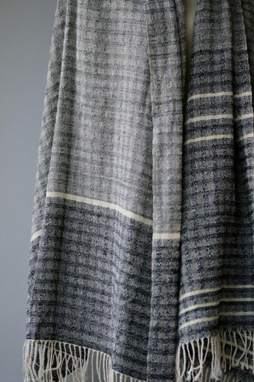 辻さんの作品。糸:シルク、アルパカ 草木染め。染料:ログウッド、セイヨウ茜、イラクサ