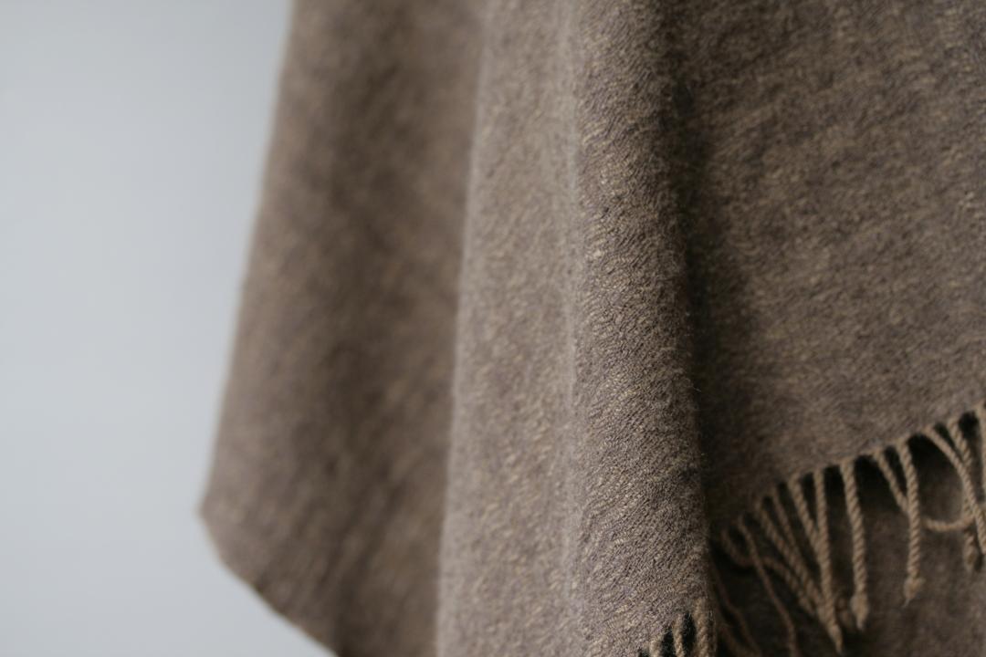 (上)辻さんの作品。糸:アルパカ、カシミヤ、タッサーシルク 無染色。 (下)カシミヤ、タッサーシルク、後染め 染料:ヤシャブ