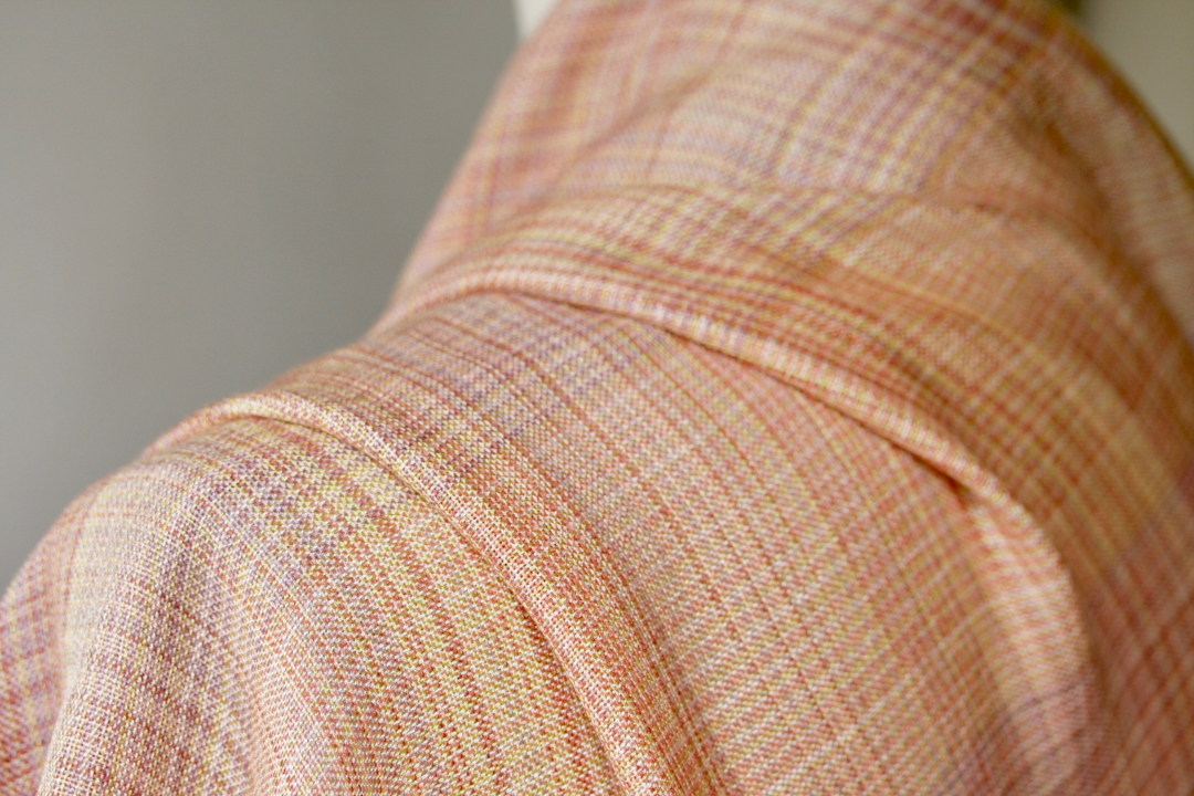 辻さんの作品。 糸:シルク 草木染め。染料:セイヨウ茜、コチニール、刈安、オーク